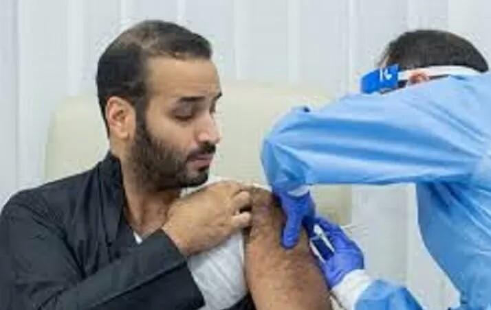 Putra Mahkota Arab Saudi Mohammed bin Salman disuntik dosis pertama vaksin COVID-19.
