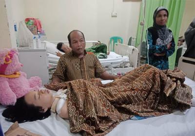 Elvi Yusfona Ramadhani tampak terbaring menahan sakit yang dideritanya.