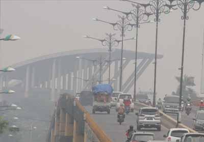 Kabut asap pekat selimuti Kota Pekanbaru.