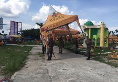 Satpol PP bongkar tenda bazar UKM tanpa izin yang didirikan di taman bukit gelanggang Dumai Kamis (19/4/2018).