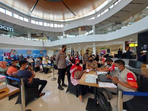 Kapolres Dumai AKBP Andri Ananta Yudhistira meninjau langsung kegiatan vaksinasi massal di Citimall Dumai, Kamis (10/6/2021).