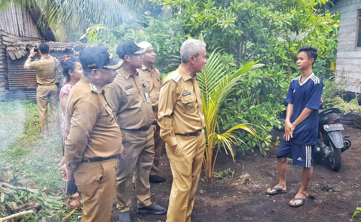 Wakil Bupati Kepulauan Meranti H Said Hasyim dan rombongan saat mengunjungi rumah warga kurang mampu.