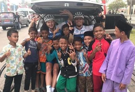 Anak-anak Siak foto bersama dengan para rider peserta TdSi 2019.