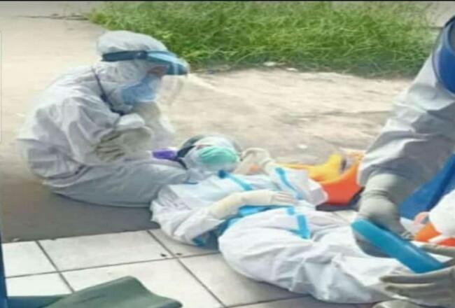 Seorang petugas pelaksana analis swab yang memakai baju Hazmat dari Puskesmas Selatpanjang pingsan diduga mengalami kelelahan, Jumat (18/9/2020).