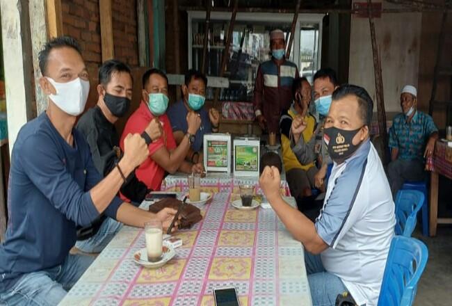 Kapolres Rohul AKBP Taufiq Lukman Nurhidayat bersama Kabag Ops dan Kasat Binmas, silaturrahmi dan ngopi bersama dengan masyarakat dan wartawan.