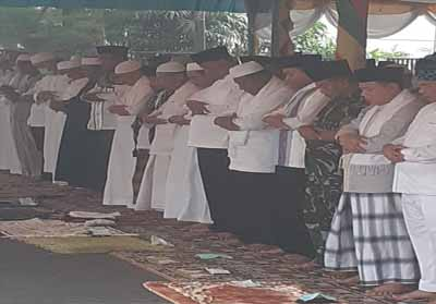 Pelaksanaan Salat Istisqa Pemkab Rohil dan masyarakat.