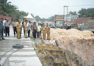 Gubernur Riau Syamsuar meninjau bahu jalan nasional Kilometer 70 Kandis-Duri yang runtuh.