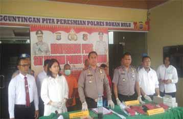 Kapolres Rohul didampingi Kasat Reskrim, Kapolsek Kabun, Kapolsek Rambah Hilir, ekspose terkait kasus pencabulan anak dengan lima tersangka di wilayah hukum Polres Rohul.