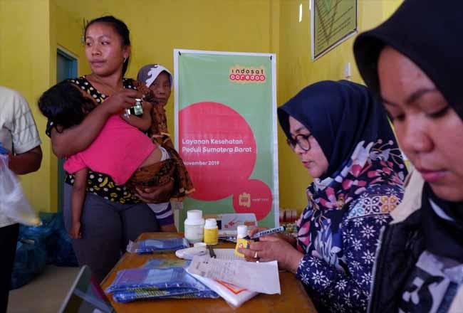 Mobil Klinik Indosat Ooredoo untuk memberikan layanan kesehatan gratis bagi masyarakat yang terdampak.