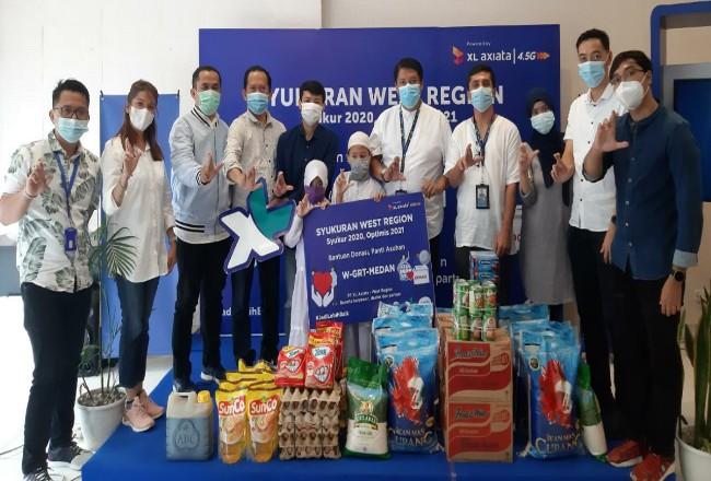 Head of Sales Greater Medan PT XL Axiata, Horas Lubis (kelima dari kanan) dan Tim bersama anak-anak Yayasan Al Kahfi Medan dalam acara Syukuran West.