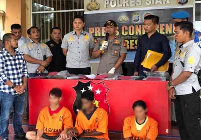 Tersangka dihadirkan saat konferensi pers di Polres Siak.