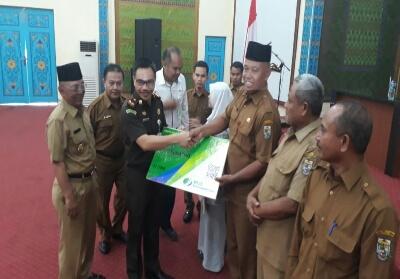 Bupati Pelalawan HM Harris didampingi Kejari Pelalawan Nophy T South dan Kacab BPJS ketenagakerjaan Pelalawan Deni Pane memberikan santunan kematian pada ahli waris peserta BPJS di Gedung Daerah Laksamana Mangkudiraja, kemarin.