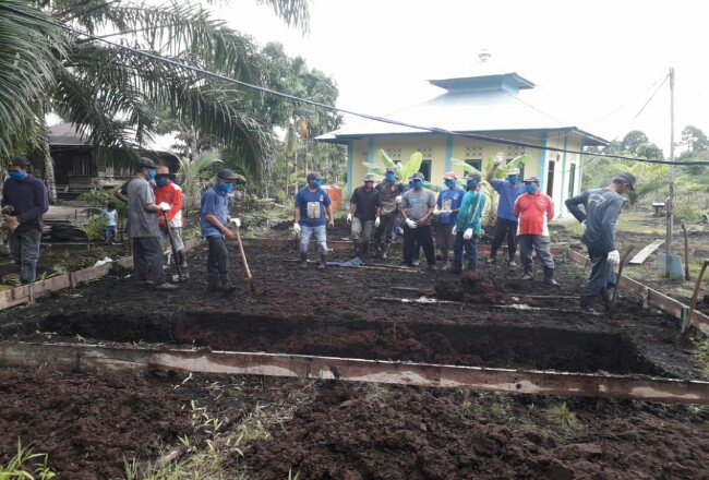 Masyarakat Desa Pelantai bergotong royong dalam melakukan pembangunan Pamsimas.