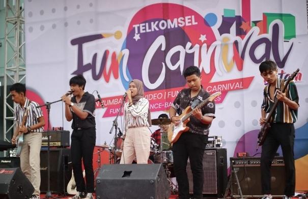 Keseruan acara Telkomsel Fun Carnival yang berlangsung sejak pagi hingga malam hari, diawali dengan Zumba dan beragam kompetisi bagi anak muda Kota Batam. Para pengunjung juga dapat menikmati berbagai kuliner lokal dimana pembayaran menggunakan LinkAja.