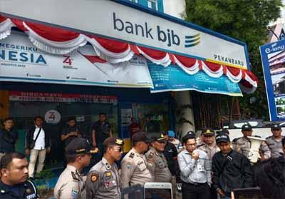 Aparat saat mengamankan demo massa di depan Bank BJB Pekanbaru.