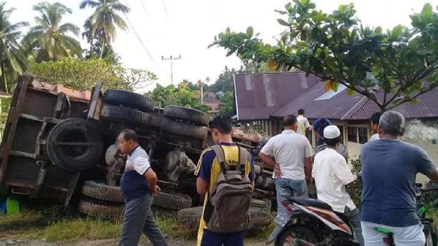 Kondisi truk pengangkut batu bara terbalik di Desa Kasang, Kecamatan Kuantan Mudik, Kabupaten Kuansing.