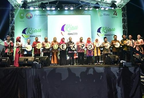Gubernur Riau H Syamsuar bersama Wakil Gubernur Riau Brigjen TNI (Purn) Edi Afrizal Natar Nasution buka Riau Expo 2019 ditandai dengan pemukulan Kompang.