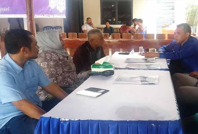 Ketua DPD PAN Bengkalis Syaukani tampak berbincang-bincang dengan tiga balon dari PAN, Bagus Santoso, Kasmarni dan Rozali Saidun.