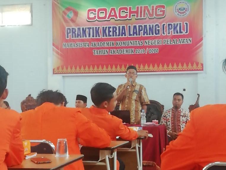 Narasumber dari Poltek Padang saat memberikan pekatihan bagi para mahasiswa yang akan PKL awal Maret mendatang.