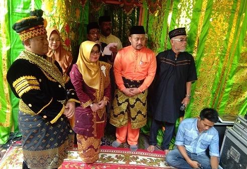 Bupati Kampar, H Catur Sugeng Susanto SH serta Hj Muslimawati Catur saat prosesi adat.