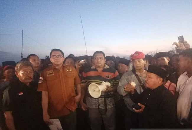 Anggota Komisi III DPR RI, Arteria Dahlan (dua kiri) saat berdialog dengan warga di lokasi sengketa lahan PT NWR di Desa Gondai, Kabupaten Pelalawan, Riau, Senin (3/2/2020). Foto: Antara
