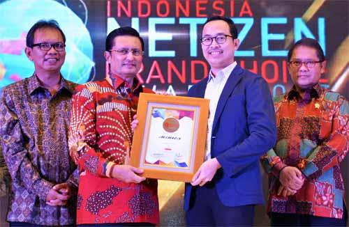 Arie Hermawan selaku Head of Branding and Digital Marketing PT. Toyota-Astra Motor menerima penghargaan Toyota Avanza sebagai Netizen Car Choice dalam ajang Netizen Brand Choice Award (INBCA 2017)