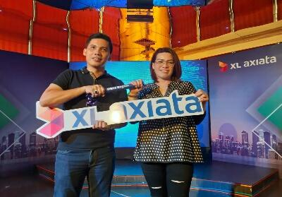 Francky Rinaldo Pakpahan menyerahkan tongkat estafet kepada Desy Sari Dewi, Group Head XL Axiata West Region.