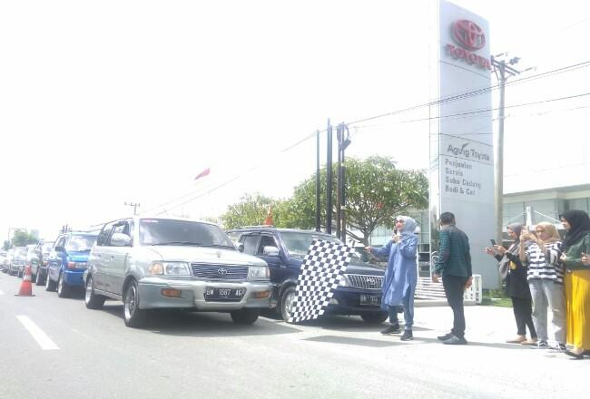 Kepala Cabang Agung Toyota SM Amin, Nellyta melepas peserta touring.