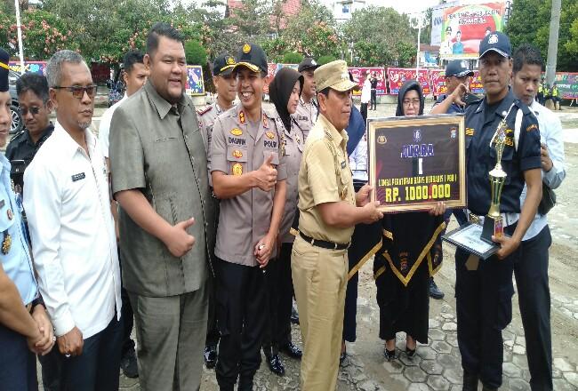 Bupati Sukiman didampingi Kapolres, Ketua DPRD dan pejabat Forkompinda lainnya, serahkan hadiah kepada Satpam yang meraih juara di berbagai perlombaan.