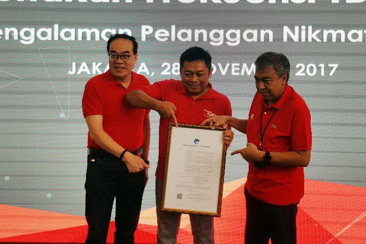 (Kiri-kanan) Edward Ying, Direktur Planning & Transformation Telkomsel; Ririek Adriansyah, CEO Telkomsel; Bob Apriawan, Direktur Network Telkomsel, mengumumkan komersialisasi jaringan 4G LTE frekuensi TDD 2,3 GHz