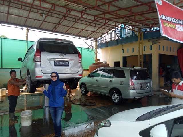 Kepala Cabang Agung Toyota Harapan Raya, Pekanbaru, Nellyta disela-sela cuci mobil gratis Avanzanation di Pekanbaru