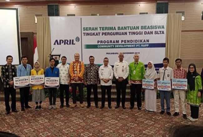 Wagubri Edy Natar Nasution foto bersama dengan penerima beasiswa.