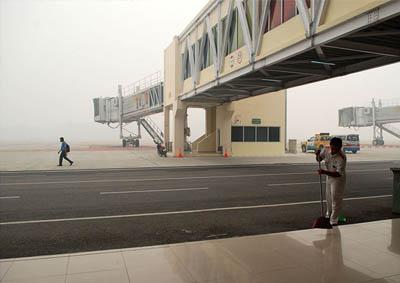 Asap tebal tampak di Bandara SSK II.