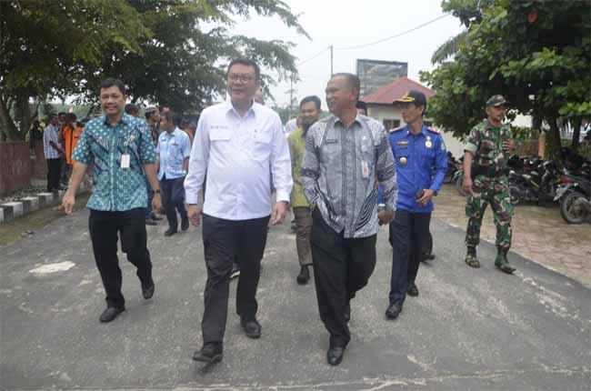 Kunjungan Kepala Badan Restorasi Gambut (BRG) Republik Indonesia Nazir Foead di Kabupaten Bengkalis, bertempat Kantor Camat Rupat didampingi Plt Kepala Bappeda Yuhelmi.