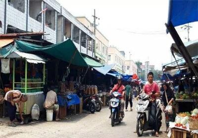 Pedagang berjualan di pinggir Jalan Agus Salim Pekanbaru. Foto: Tribun