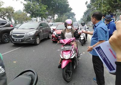 Pembagian masker ke warga Pekanbaru.