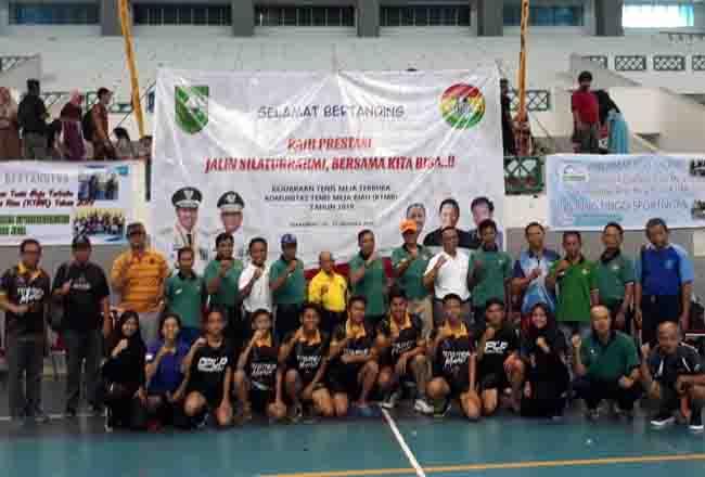 Pengurus komunitas, atlet, Perwakilan KONI Kota Pekanbaru, Perwakilan dari Dispora Riau foto bersama saat Turnamen Tenis Meja KTMR.