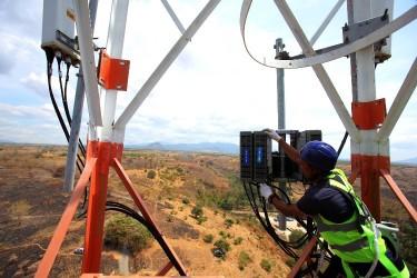 Teknisi XL Axiata sedang melakukan pemeriksaan terhadap perangkat BTS di daerah Labuhan Badas, Sumbawa Besar.