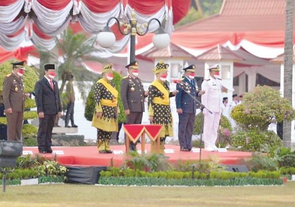 Gubernur Riau, H Syamsuar didampingi Wakil Gubernur Edy Natar Nst dan unsur Forkopimda Riau saat upacara peringatan HUT ke-76 RI