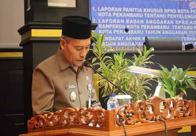 Wakil Walikota Pekanbaru saat memberikan jawaban Pemerintah terhadap Perda KLA.