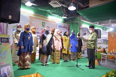Plh Sekdaprov Riau Masrul Kasmy mengukuhkan pengurus Puan Asosiasi Pelaku Usaha Ekonomi Kreatif Fashion