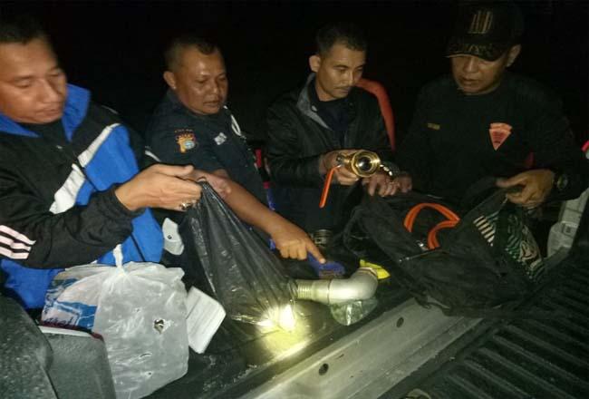 Petugas tunjukkan barang bukti yang berhasil diamankan. FOTO: Ist.