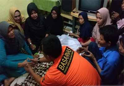 Suasana rumah duka ketika anggota Basarnas Pekanbaru mengucapkan belasungkawa kepada keluarga Kenzi. Foto: Antara