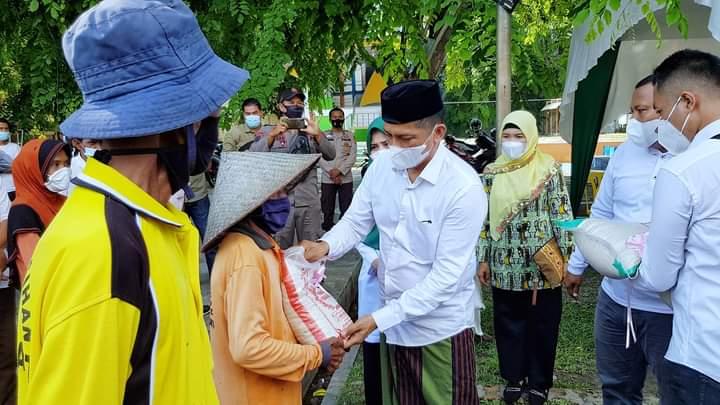Bupati Adil membagikan beras sebanyak 1 ton kepada para fakir miskin, tukang becak dan petugas kebersihan sempena pembukaan bazar launching beras perdana Rangsang Barat, Minggu (18/4/2021).