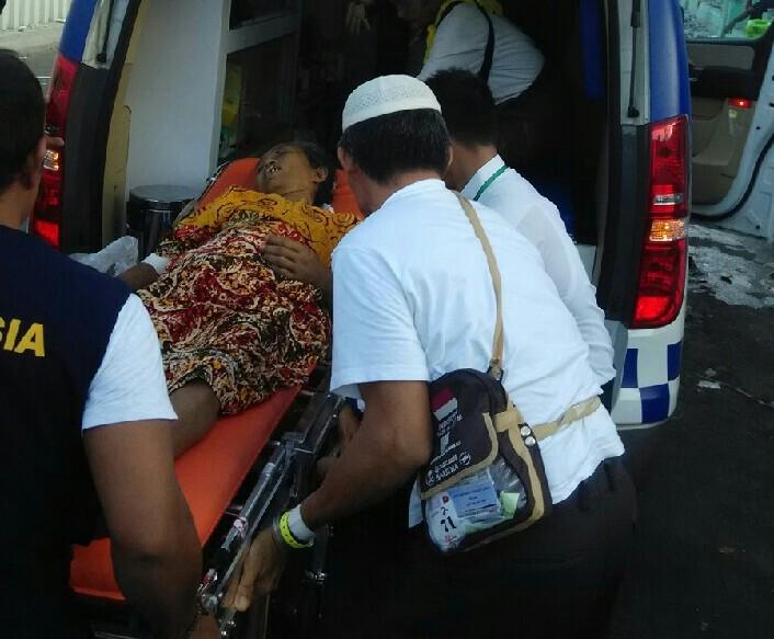 Almarhum Rostina saat dibawa dari Maktab 46 Mina ke Rumah Sakit