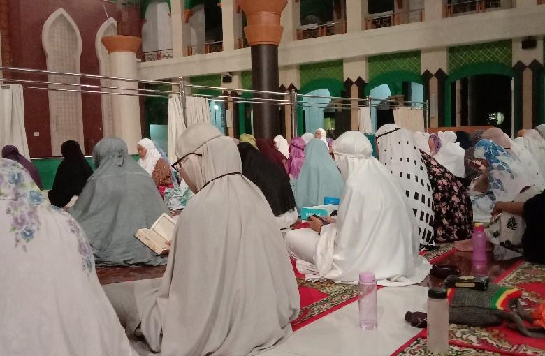 Tampak jamaah khusyuk membaca Alquran di Masjid Jami