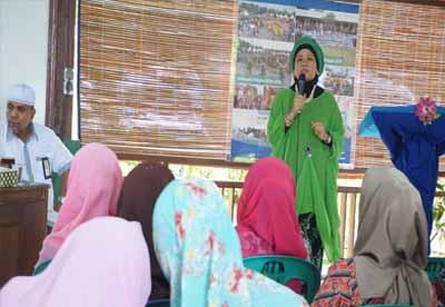 <b><i> Ketua Umum IWARA, Azrina Rudi Fajar memberikan kata sambutan dalam acara seminar KDRT di BPPUT Town Site 2, Pangkalan Kerinci.</i></b>