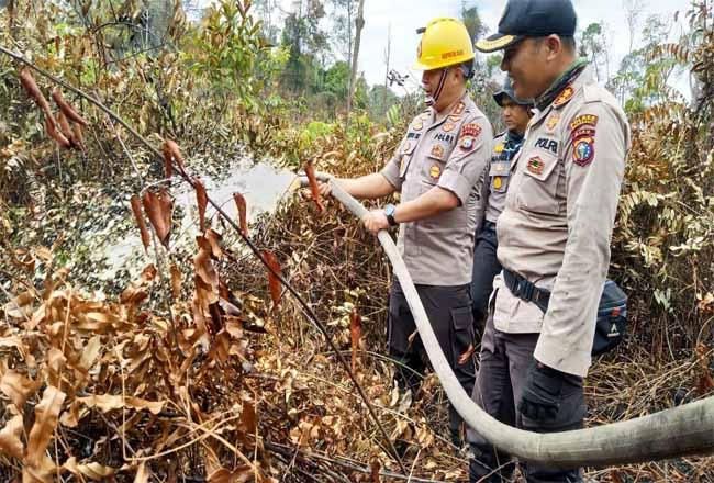 Kapolda Riau ikut berjibaku memadamkan api kebakaran lahan.