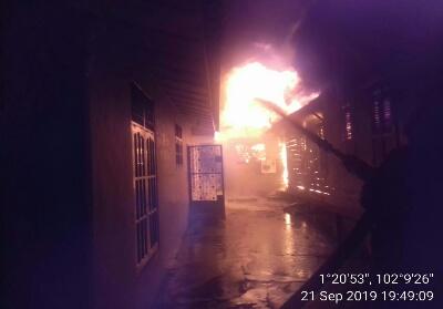 Dua unit rumah di Pakning dilalap si jago merah.