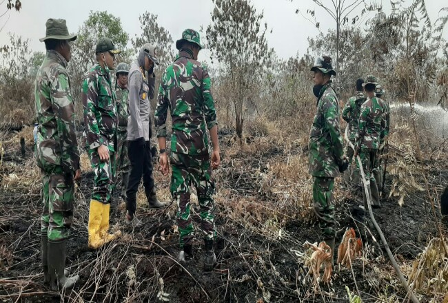 Kapolres Dumai AKBP Andri Ananta Yudistira dan Dandim Dumai Letkol Inf Irdhan memimpin pemadaman Karhutla di Kecamatan Medang Kampai baru-baru ini